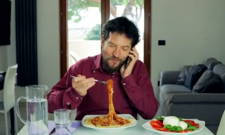 Video: Bad Phone Habits = Eating More